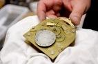 Kelloseppä Lauri Karrakoski (Aikaratas) esittelee antiikkista kellokoneistoa. Kuva Laura Reunanen.